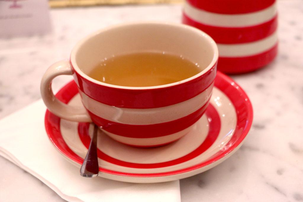 Thé chez Biscuiteers Londres