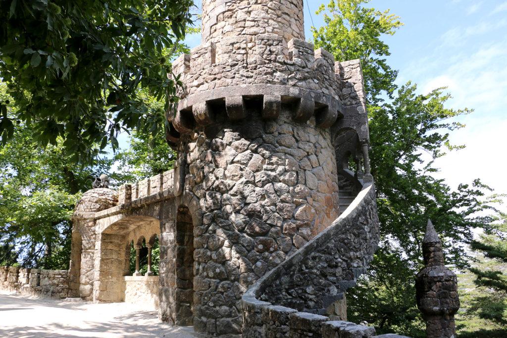 Une tour dans le parc de Quinta da Regaleira à Sintra