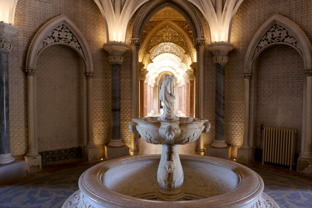 Fontaine et couloir du Palais de Monserrate