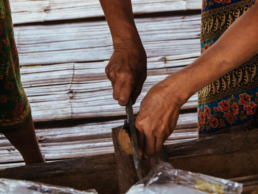 Ouverture d'une boule de bousier, Thailande