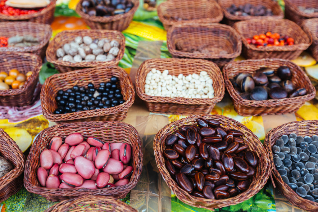Perles et graines sur le marché de Basse-Terre, Guadeloupe