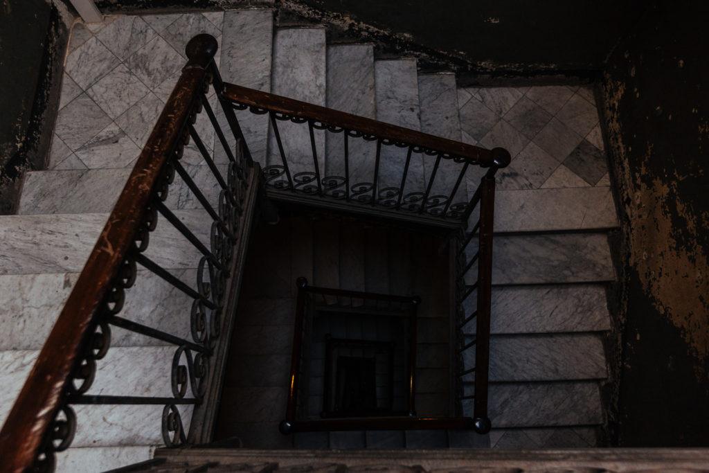 Escaliers de notre Airbnb à Barcelone
