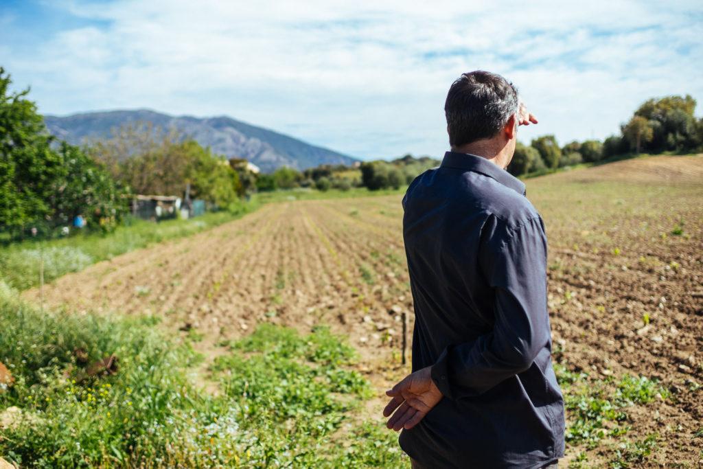 Raphaël Pierre Bianchetti devant une vigne fraichement plantée