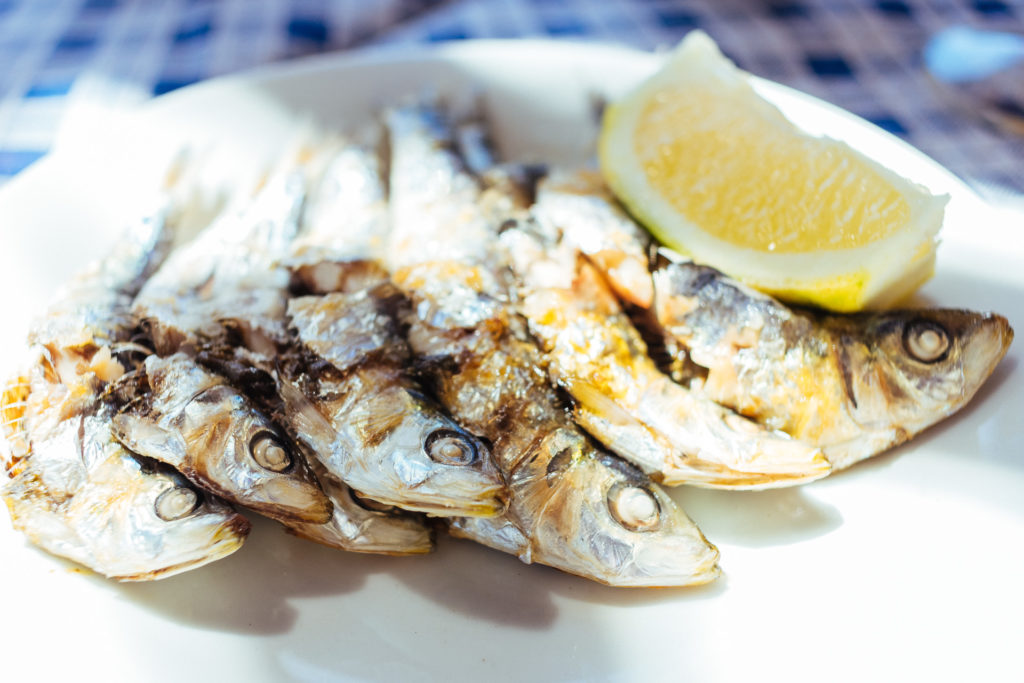 Espeto de sardinas sur assiette, Malaga