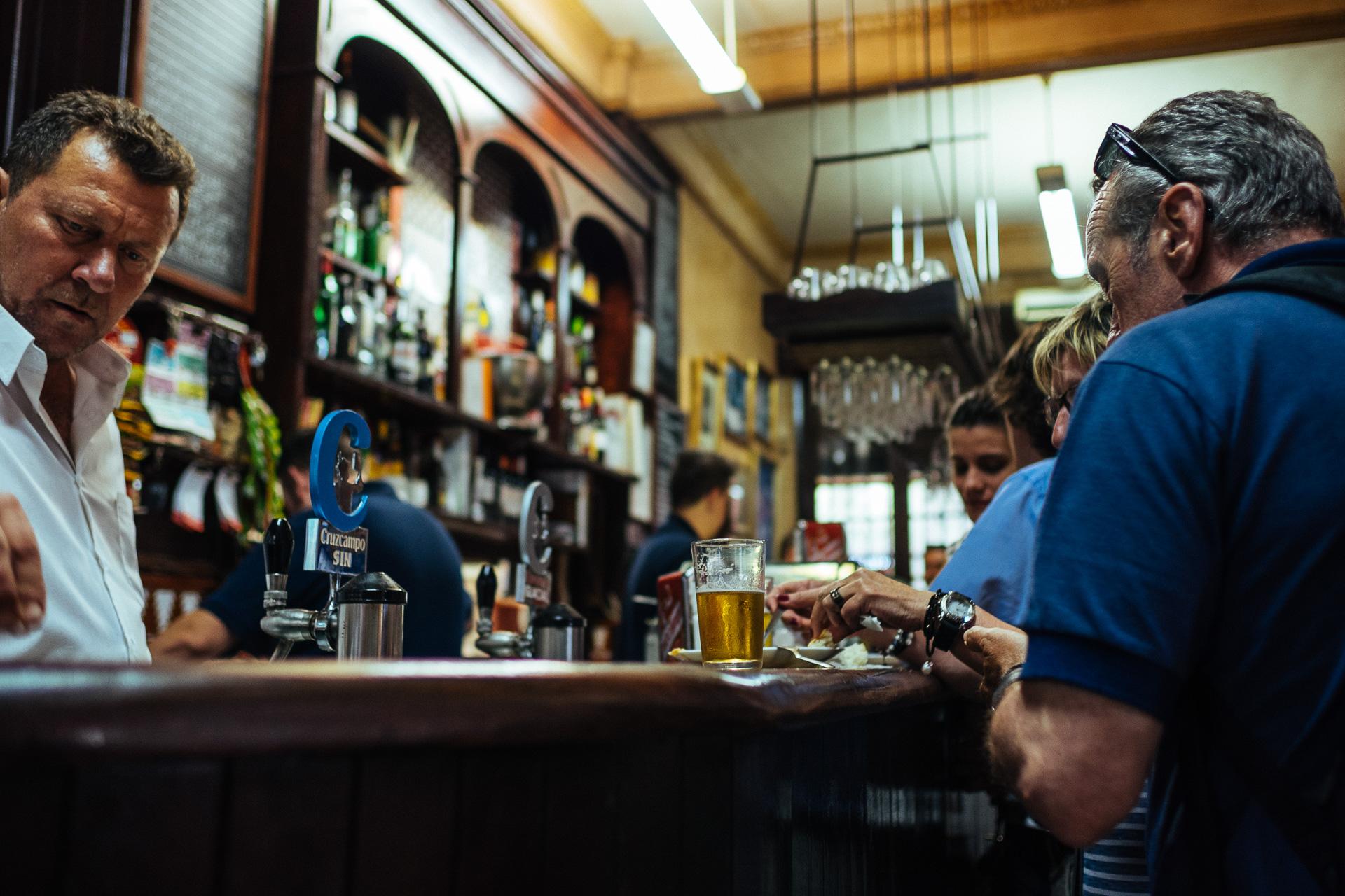 5 r gles pour survivre dans un bar tapas yummy planet for Bar madera sevilla