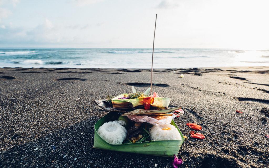 Offrande sur la plage de Pererenan, Bali