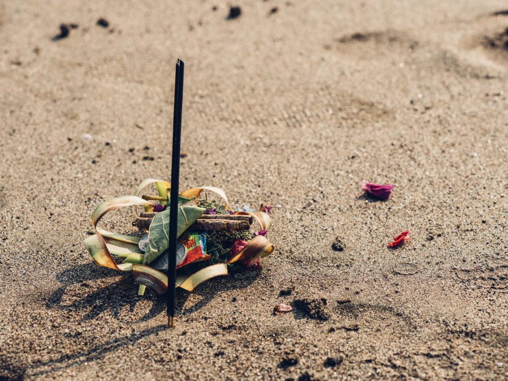 Offrande sur la plage, Bali