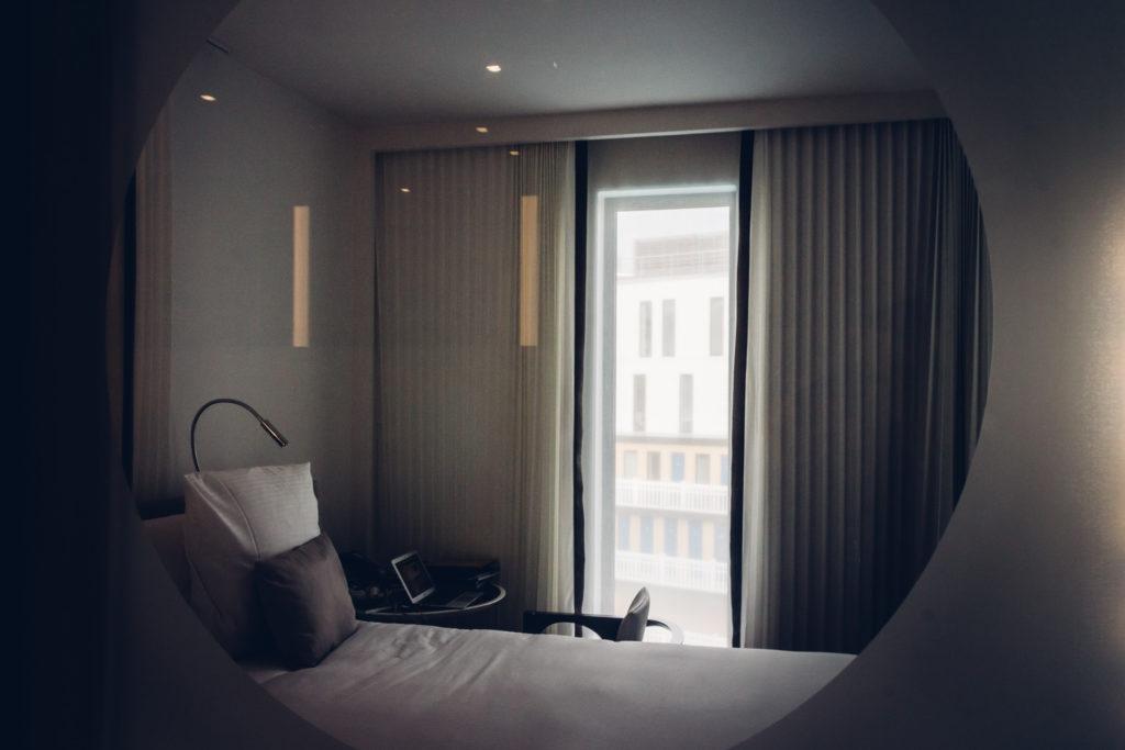 Intérieur d'une chambre du Molitor à Paris