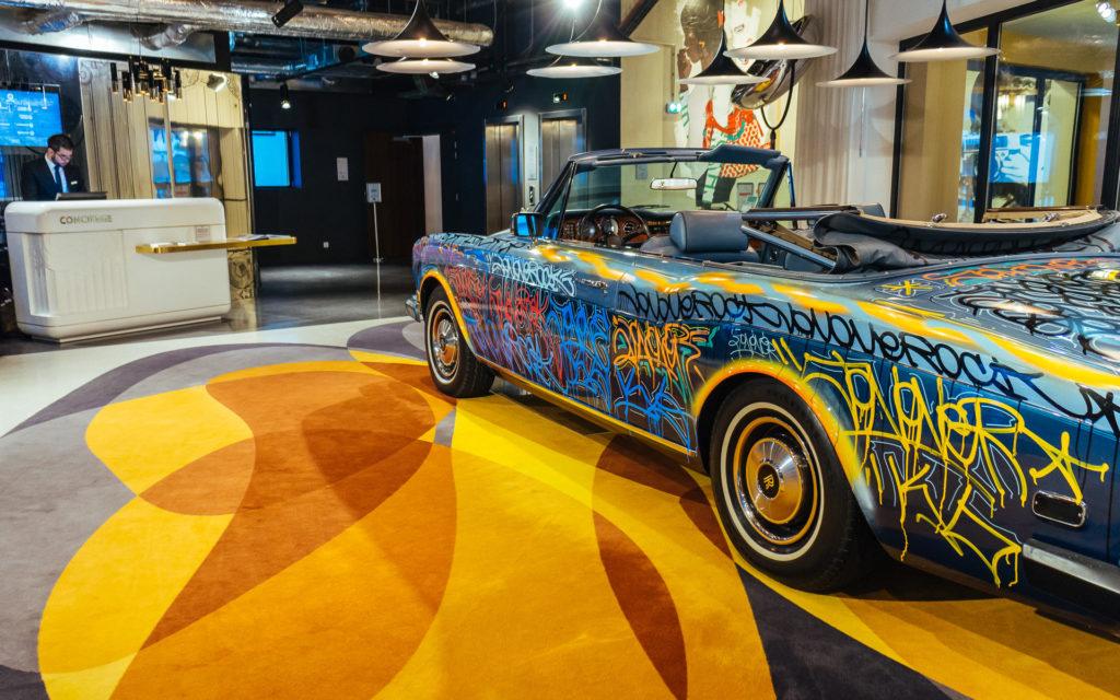 Dans la conciergerie du Molitor, la Rolls Royce d'Eric Cantona relookée par JonOne