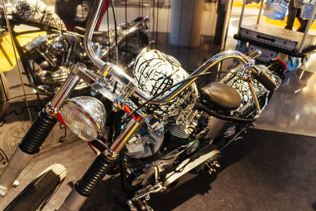 Harley-Davidson exposée dans le lobby du Molitor à Paris