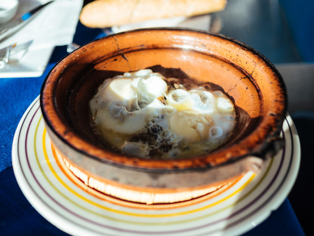 Tajine oeufs et viande pour déjeuner, Agadir