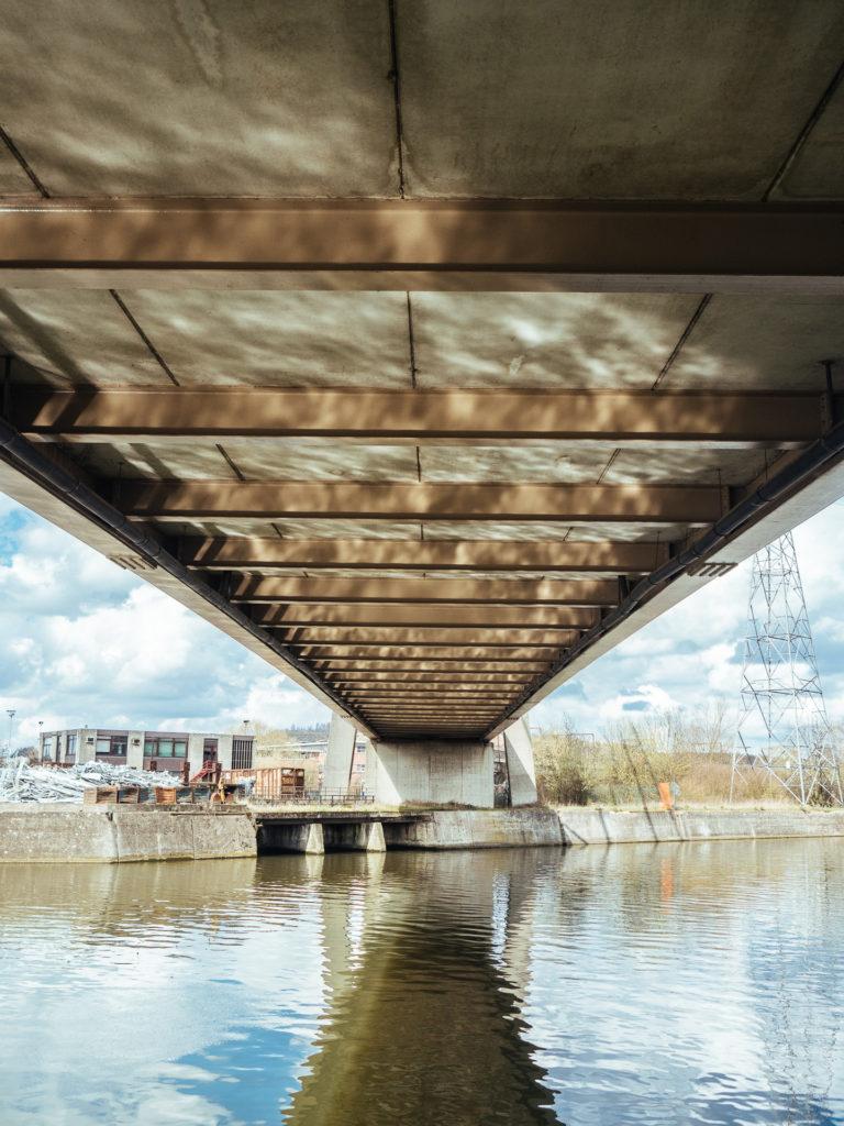 Reflets de l'eau sous un pont, Charleroi