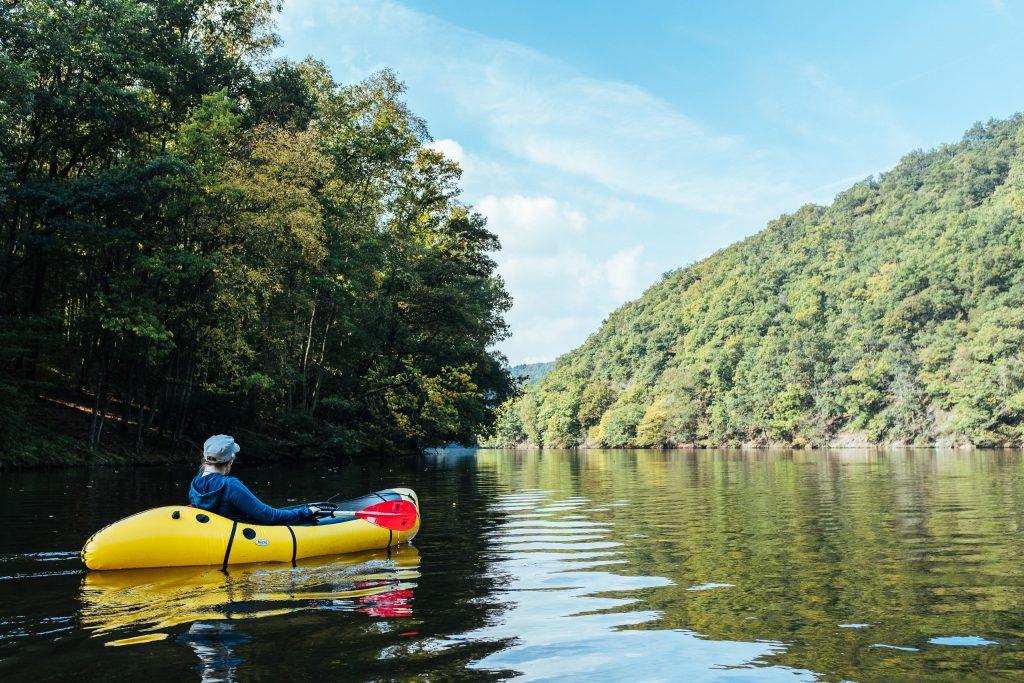 Naviguer en packraft sur le lac de Nisramont