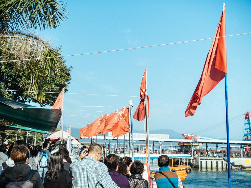 Piétons sur la promenade d'Hoi Pong Street