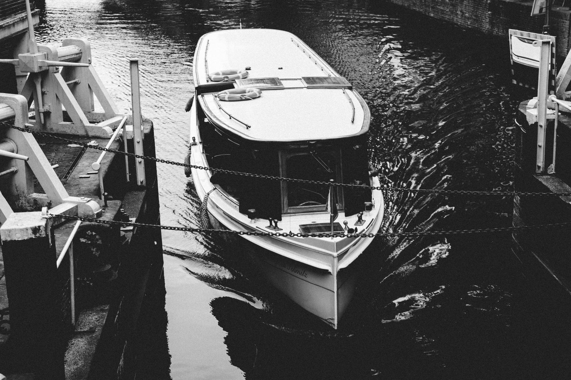 Un bateau sur un canal d'Amsterdam