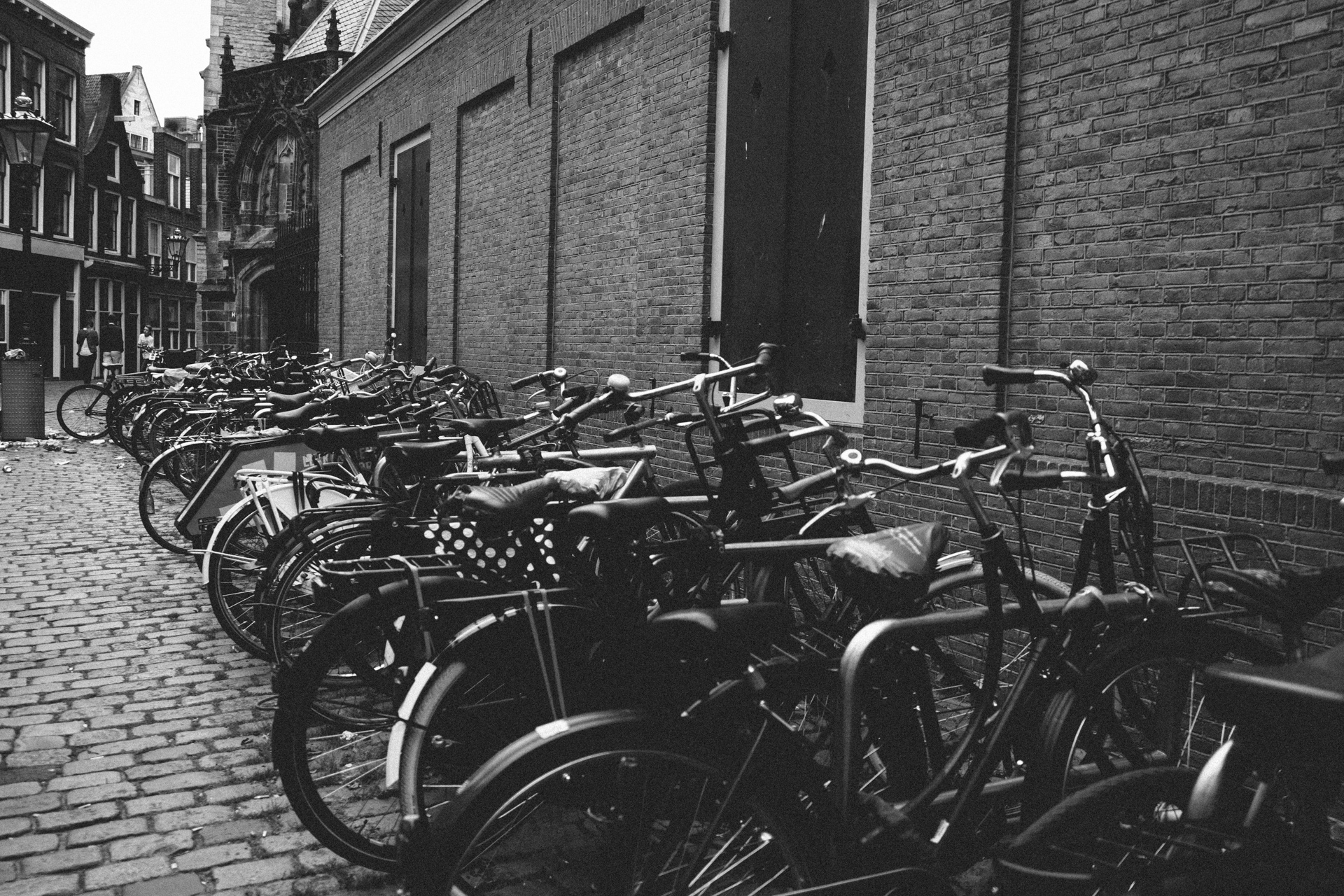 Les vélos alignés de la ville d'Amsterdam