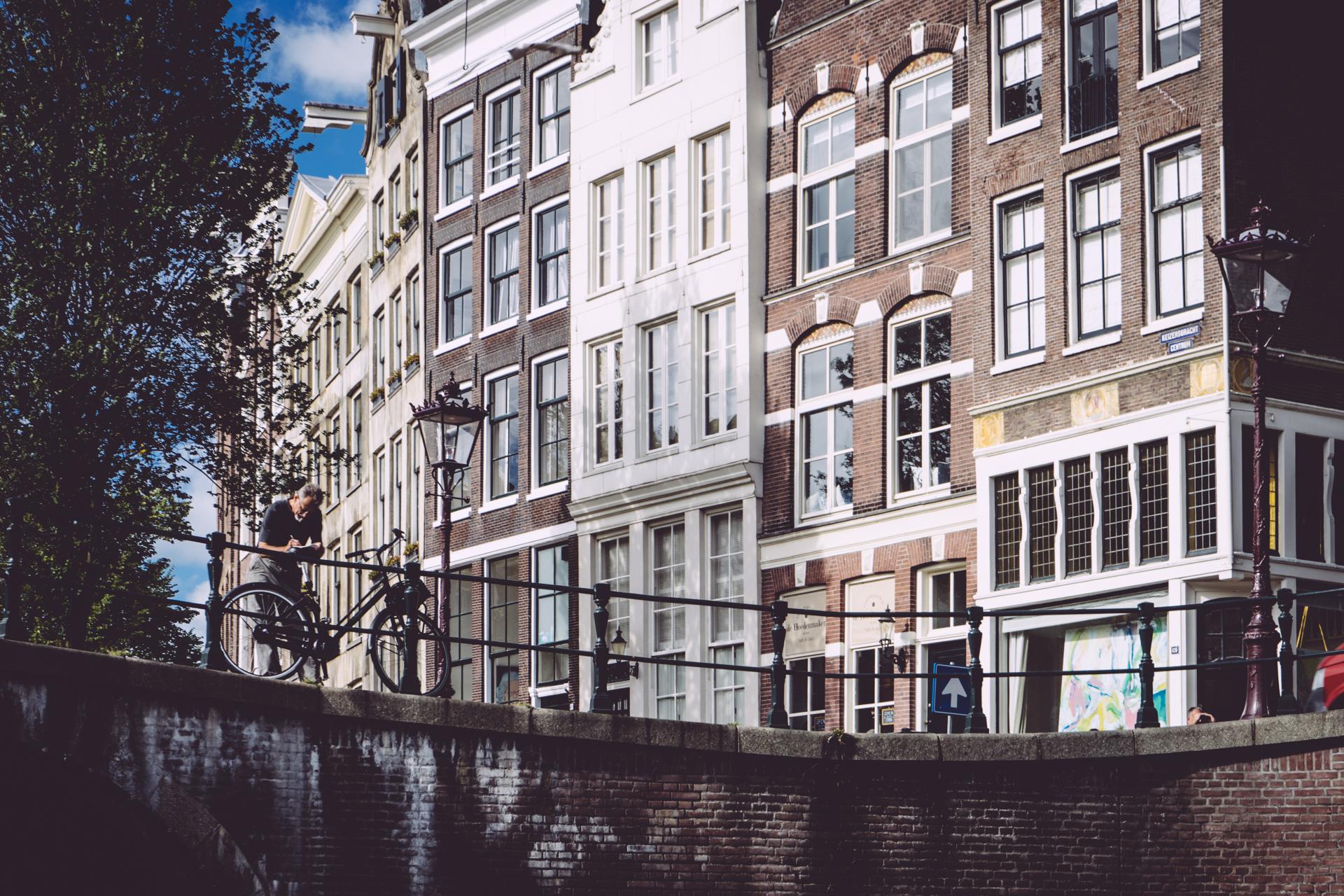 Un cycliste sur un pont d'Amsterdam