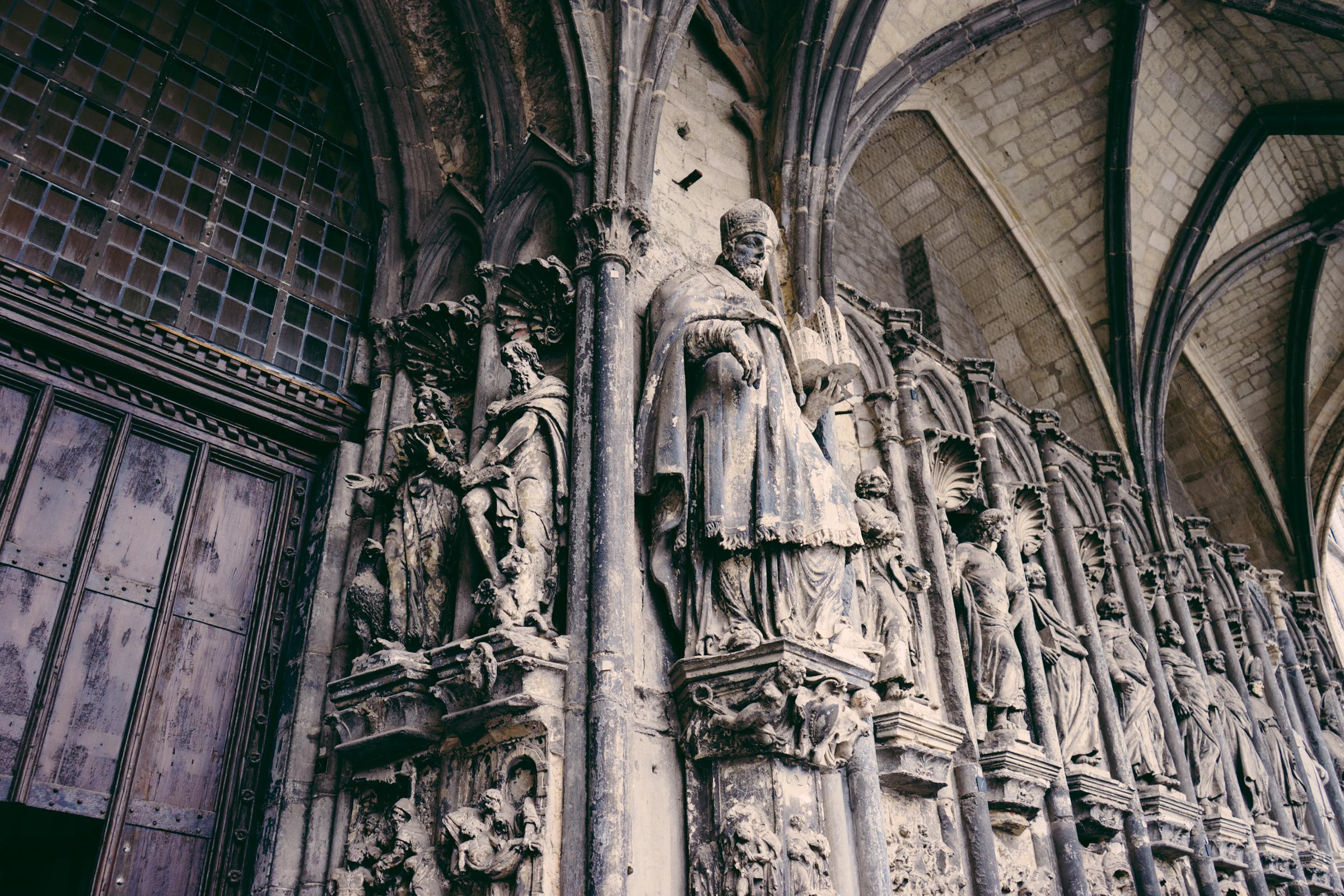 Porche du 14ème siècle de la Cathédrale Notre Dame de Tournai