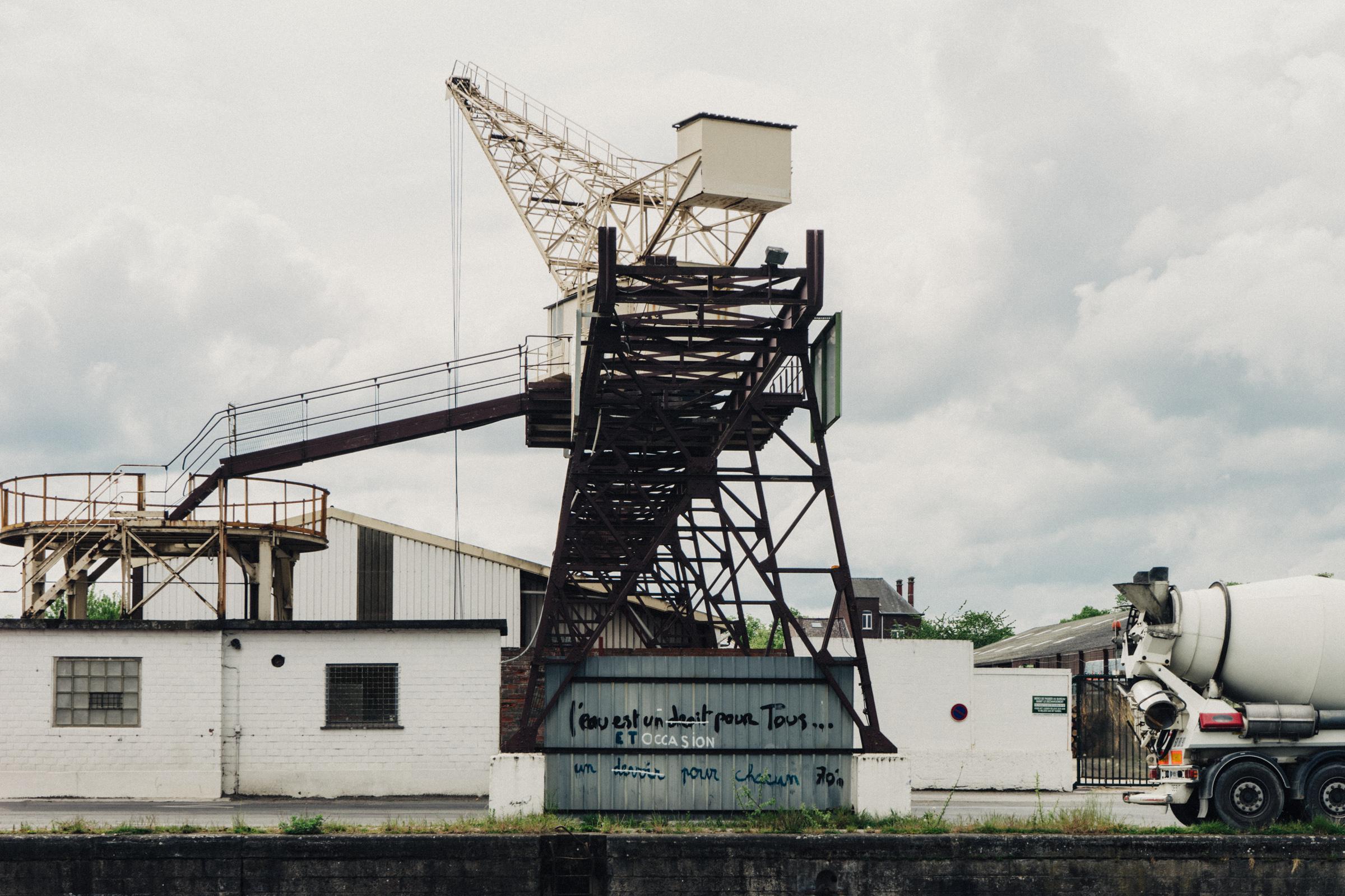 Une machine industrielle en bord de quai à Tournai