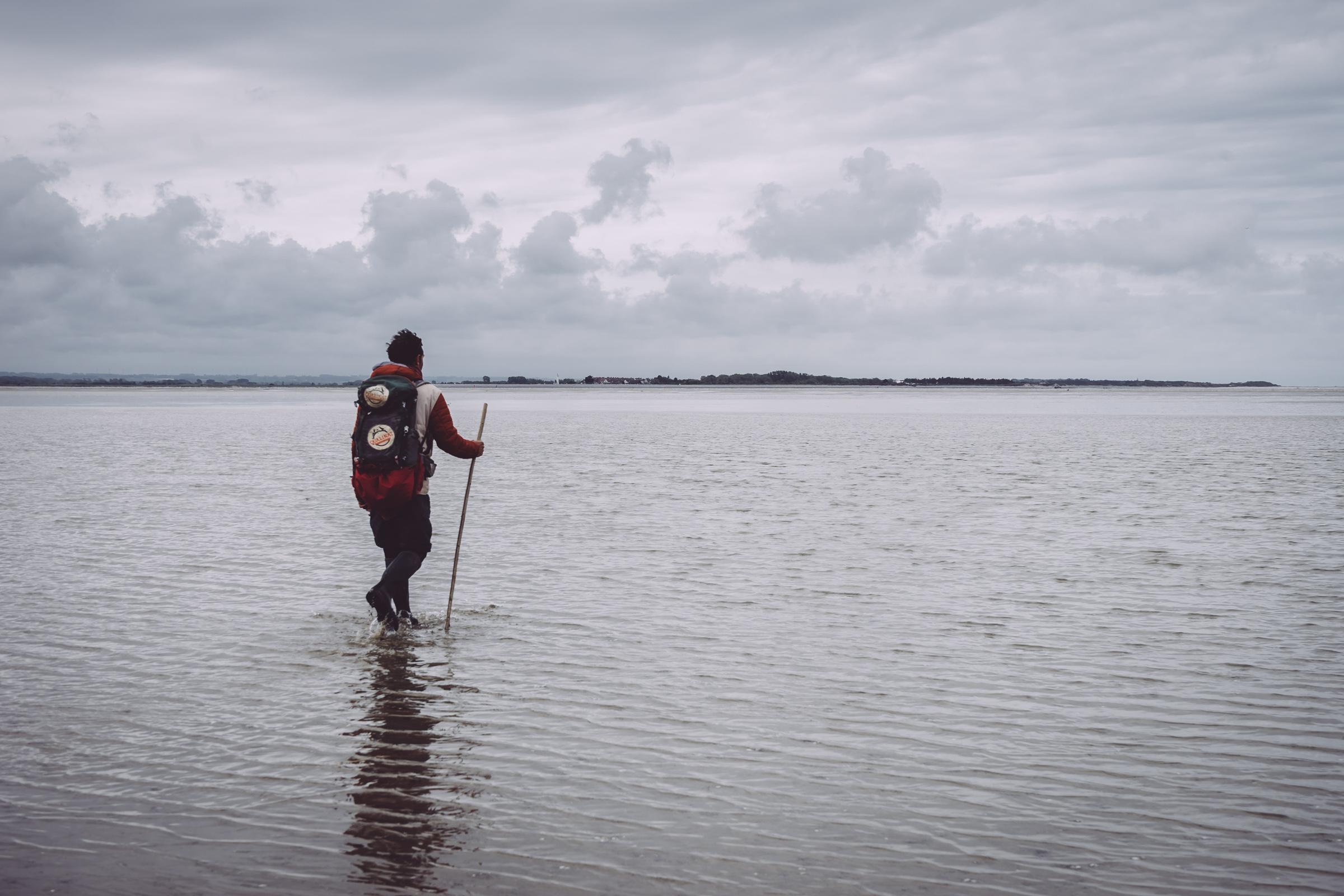 Maxim Marzi, guide nature en Baie de Somme, marche dans l'eau