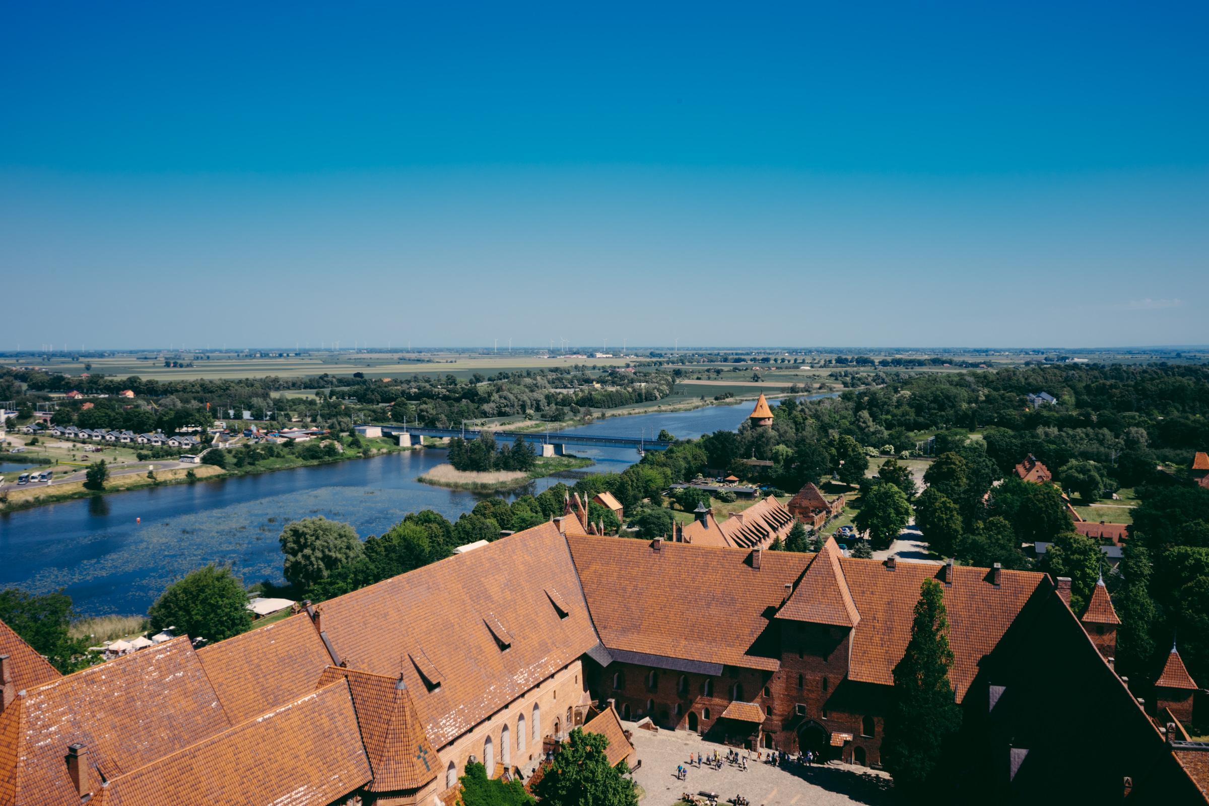 Vue imprenable sur la Nogat depuis la plus haute tour du château de Malbork - Pologne