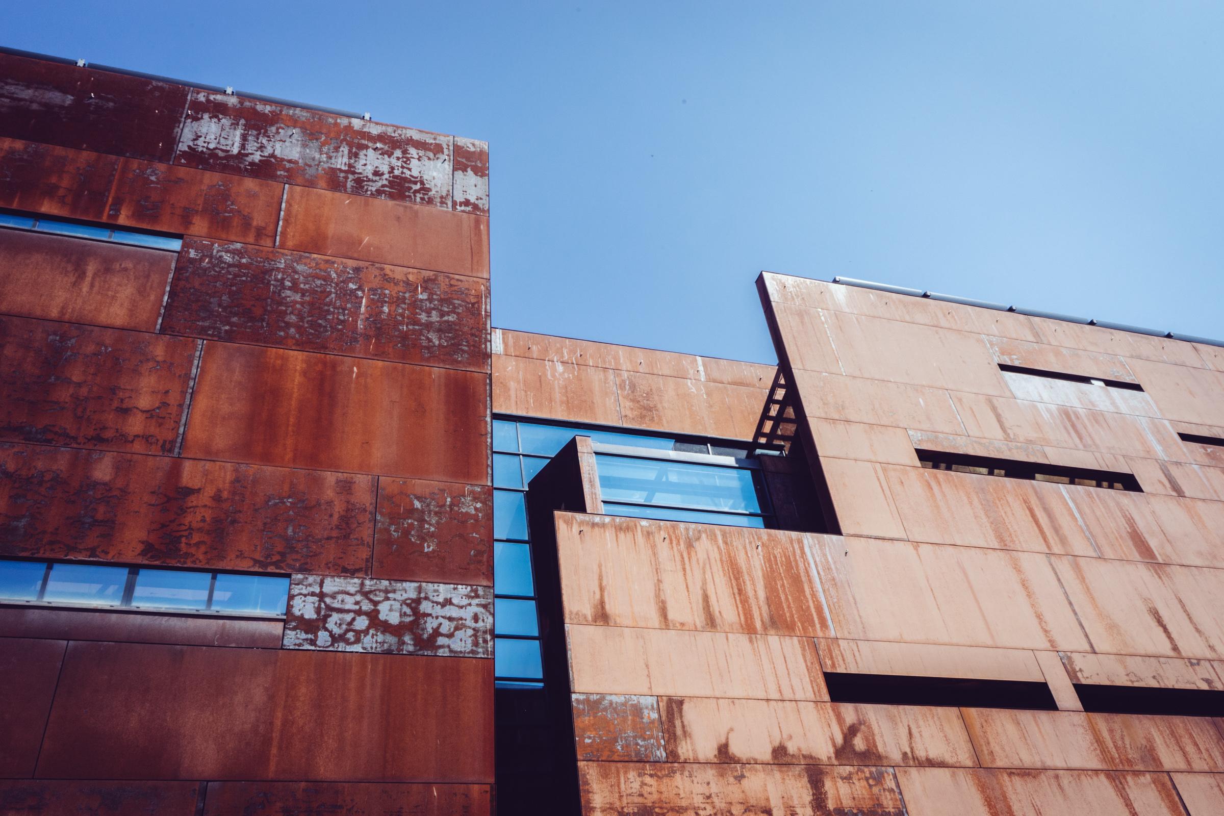 """Les matériau """"effet rouille"""" du Centre de la Solidarité Européenne à Gdansk - Pologne"""