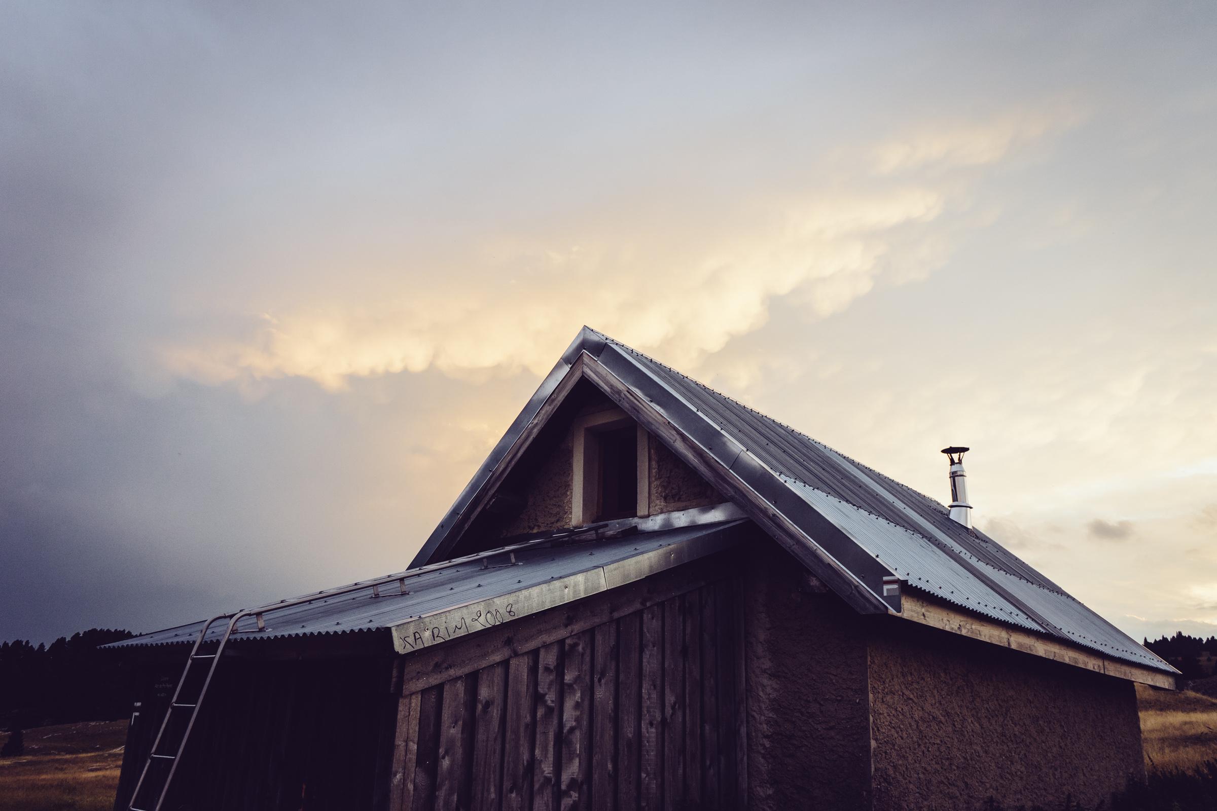 La cabane rustique du refuge du Pré Peyret